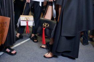 Quý phái tạo nên giá cả đắt tiền của túi xách hàng hiệu Valentino