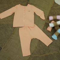 với quần áo trẻ sơ sinh màu cam đơn giản đem đến sự ấm áp cho bé