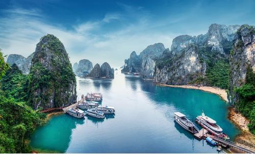 Vịnh Hạ Long, Việt Nam được xếp hạng là một trong những địa điểm đẹp nhất và đáng tham quan nhất trên thế giới