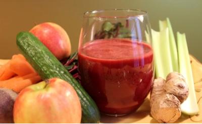 Nước ép táo, củ cải đường, cần tây và nước gừng.
