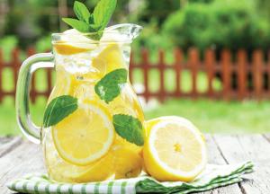 uống nước chanh ấm vào mỗi buổi sáng sau khi thức dậy đem lại rất nhiều lợi ích cho cơ thể